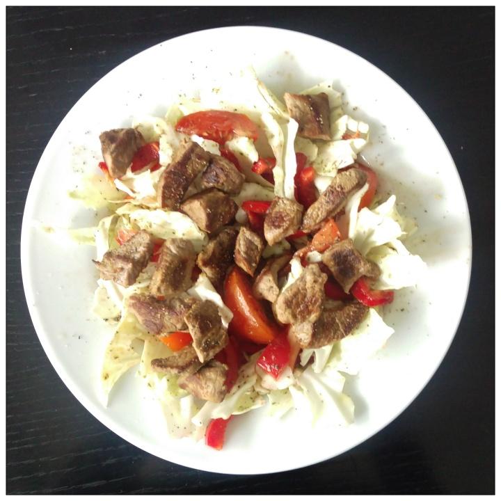 151018 spitzkohlsalat mit kalbsschnitzelstreifen
