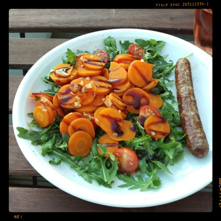 161012-salat-knoblauchmoehren-bratwurst