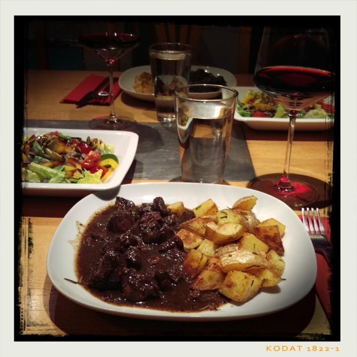 161030-wildschweingulasch-kartoffeln-salat